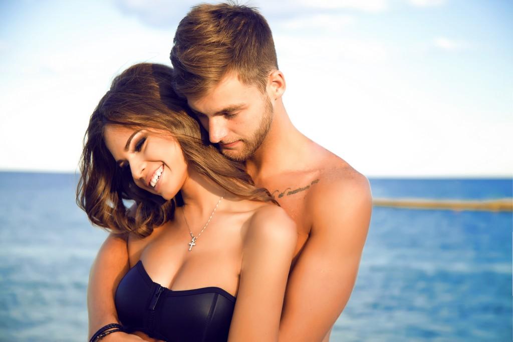 couple amoureux à la plage en été