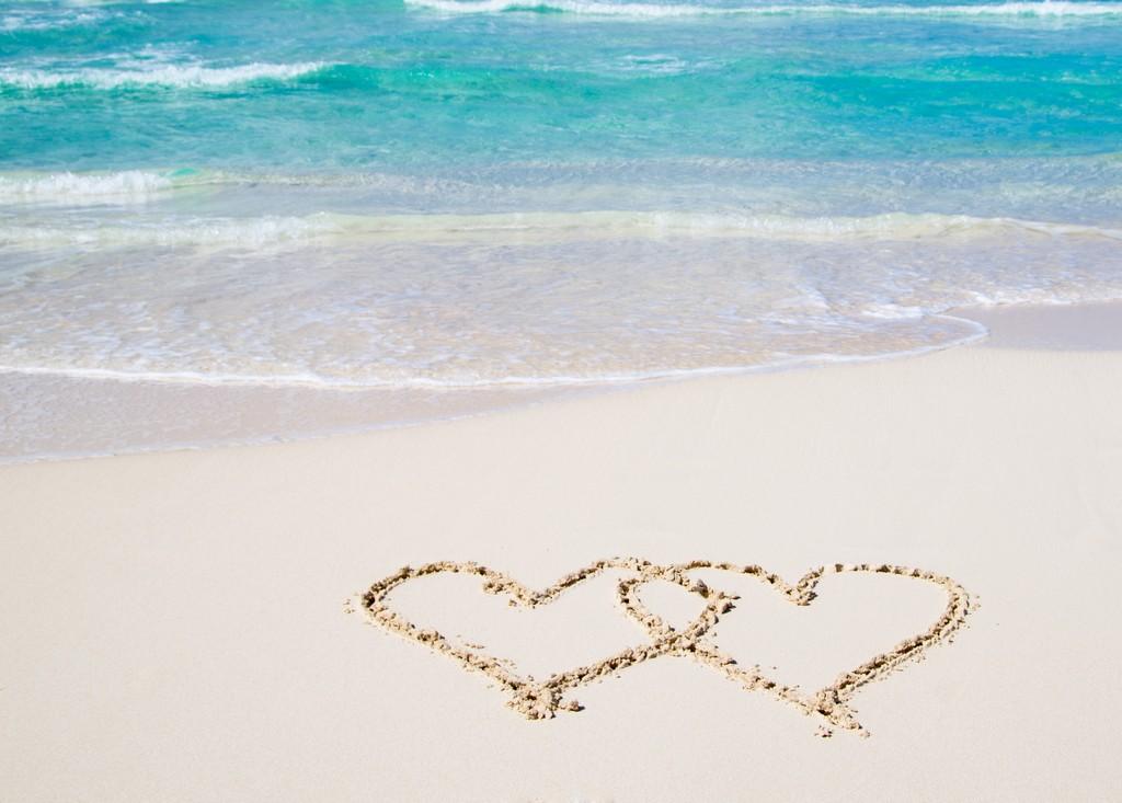 deux cœurs dessinés sur le sable