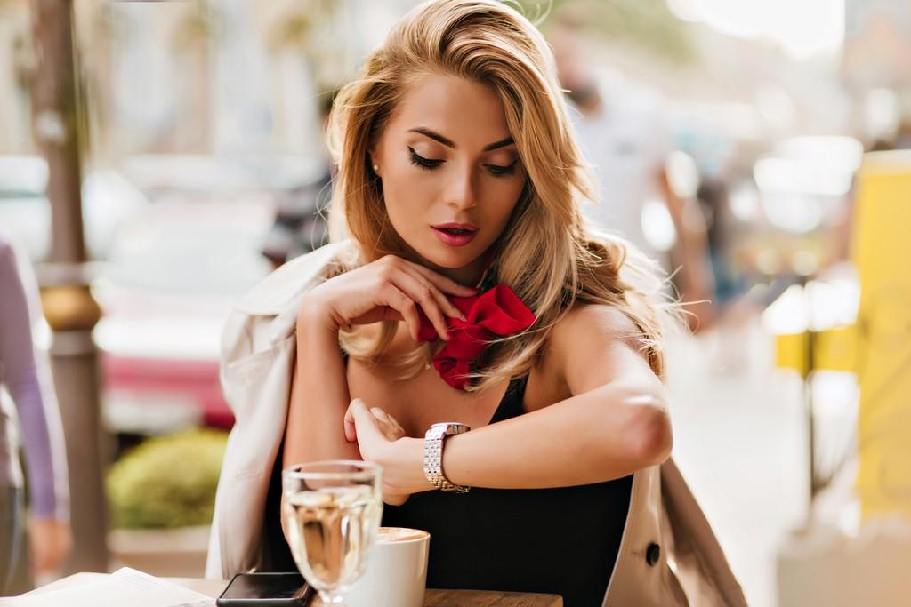 Portrait de femme sérieuse attend un SMS de son petit ami en retard