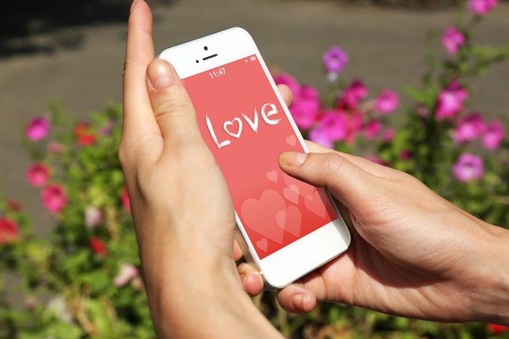 femme envoie un SMS d'amour