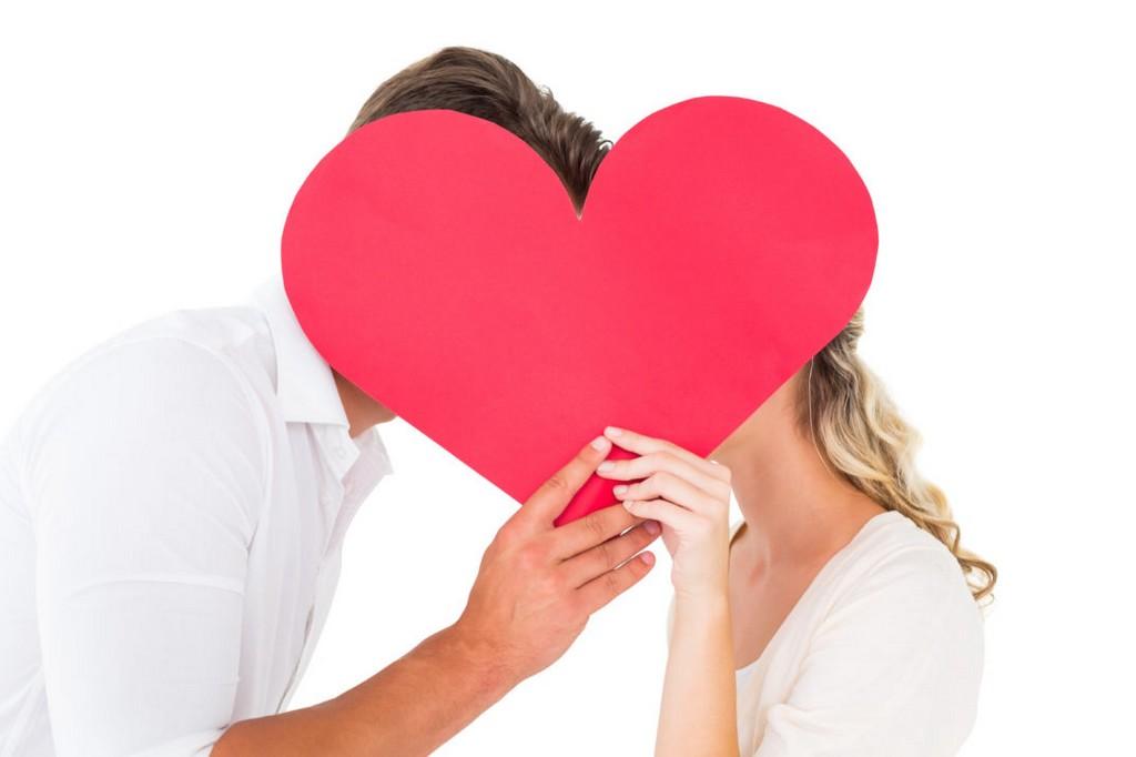 Rencontrer l'amour est représenté par un couple avec un cœur