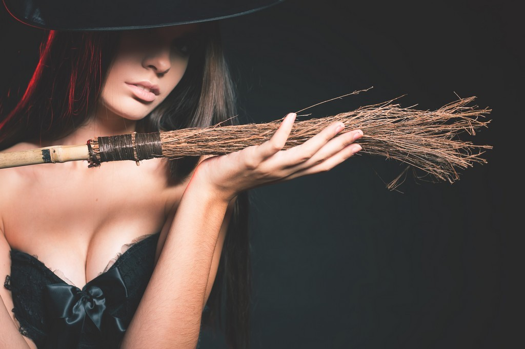 Halloween, femme déguisée en sexy méchante sorcière