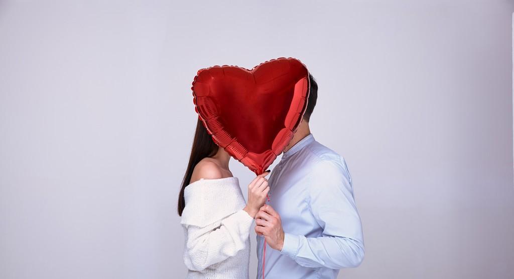 Célibataires qui se rencontrent et apprennent à s'aimer