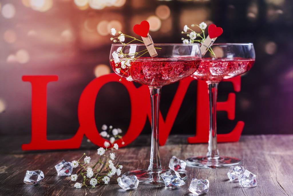 Deux verres de cocktail pour la Saint-Valentin