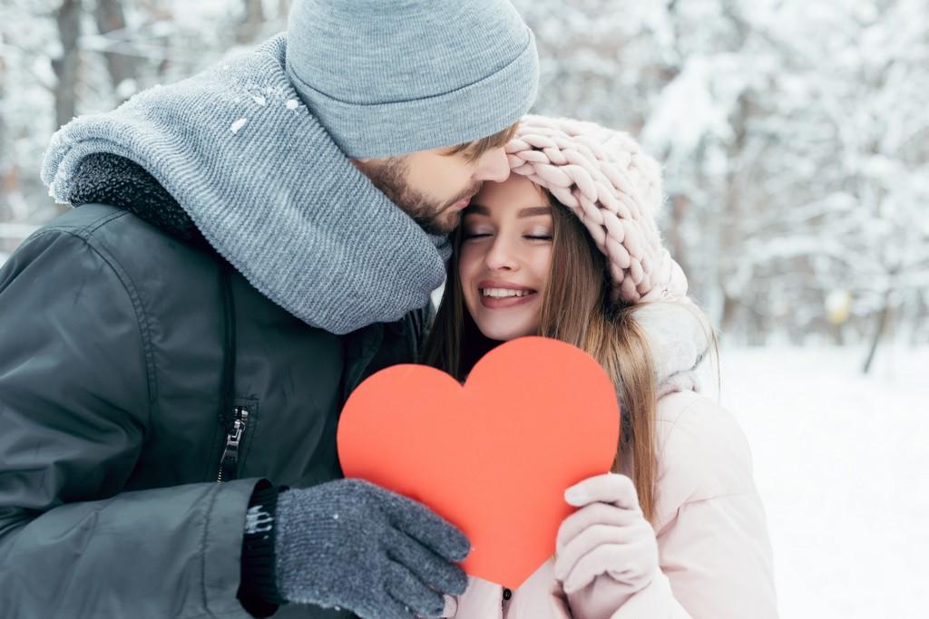 Saint-Valentin ballade en hiver en amoureux